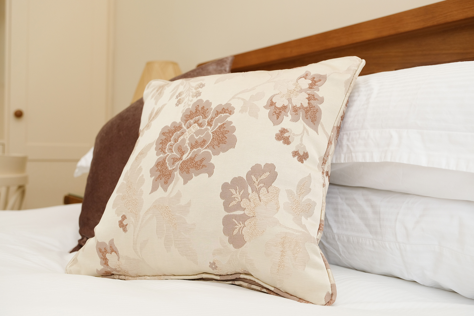 Pillow placed on the middle of the bed at the Garden Suite, photo 1