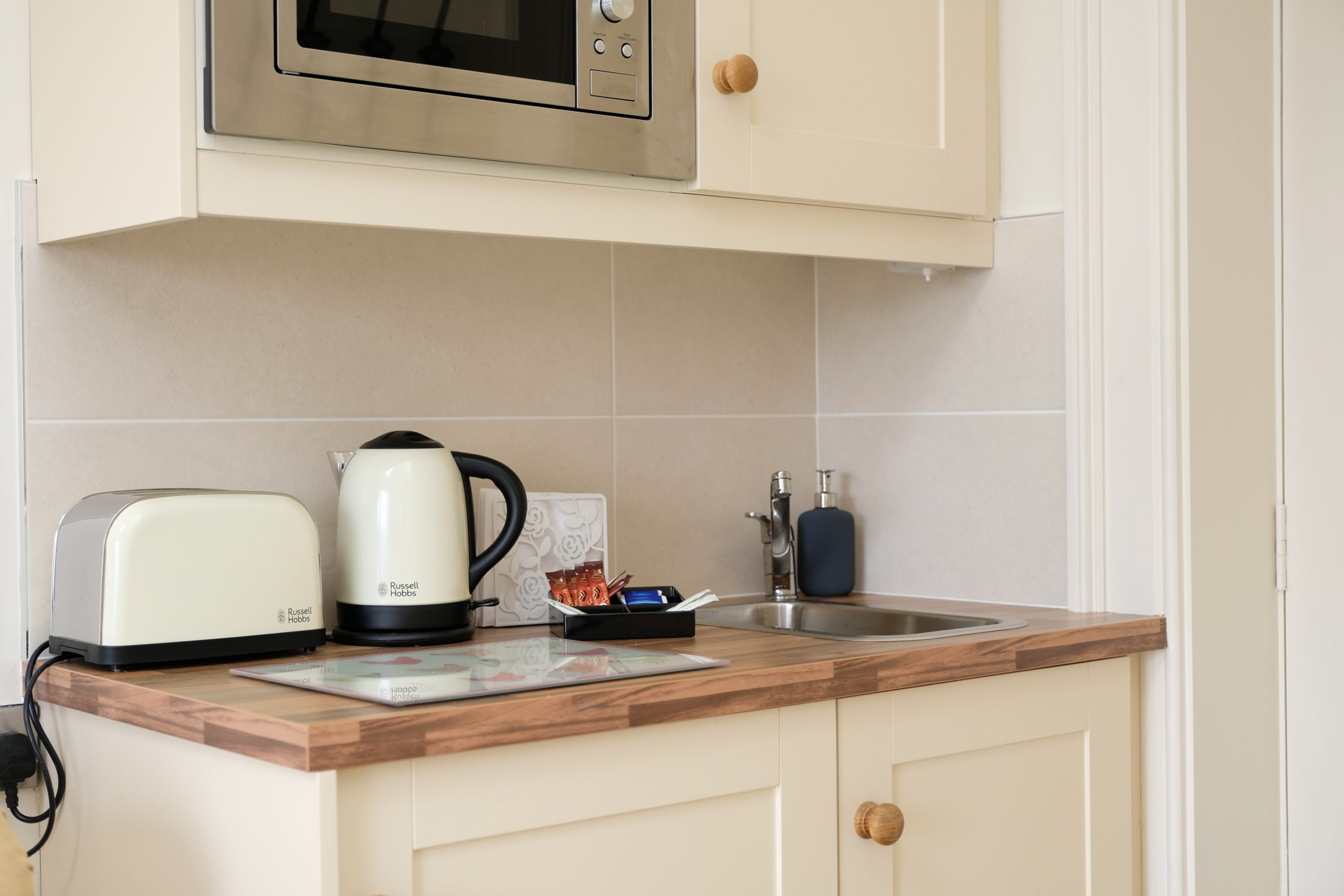 Kitching worktop with electrical appliances, photo 2